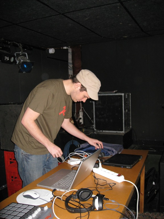 Yoki_preparing_his_set